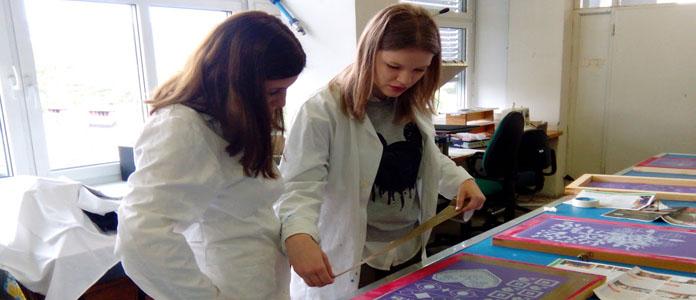 Študenti pripravljajo šablone za sitotisk.